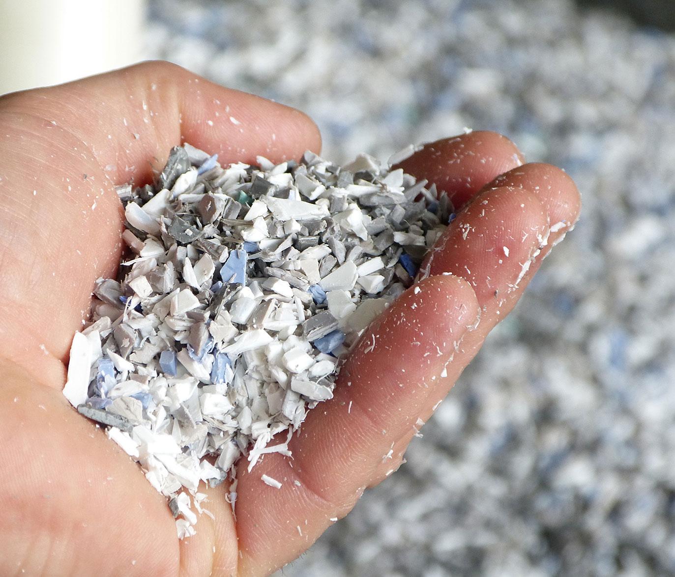 Une main avec des morceaux de matière