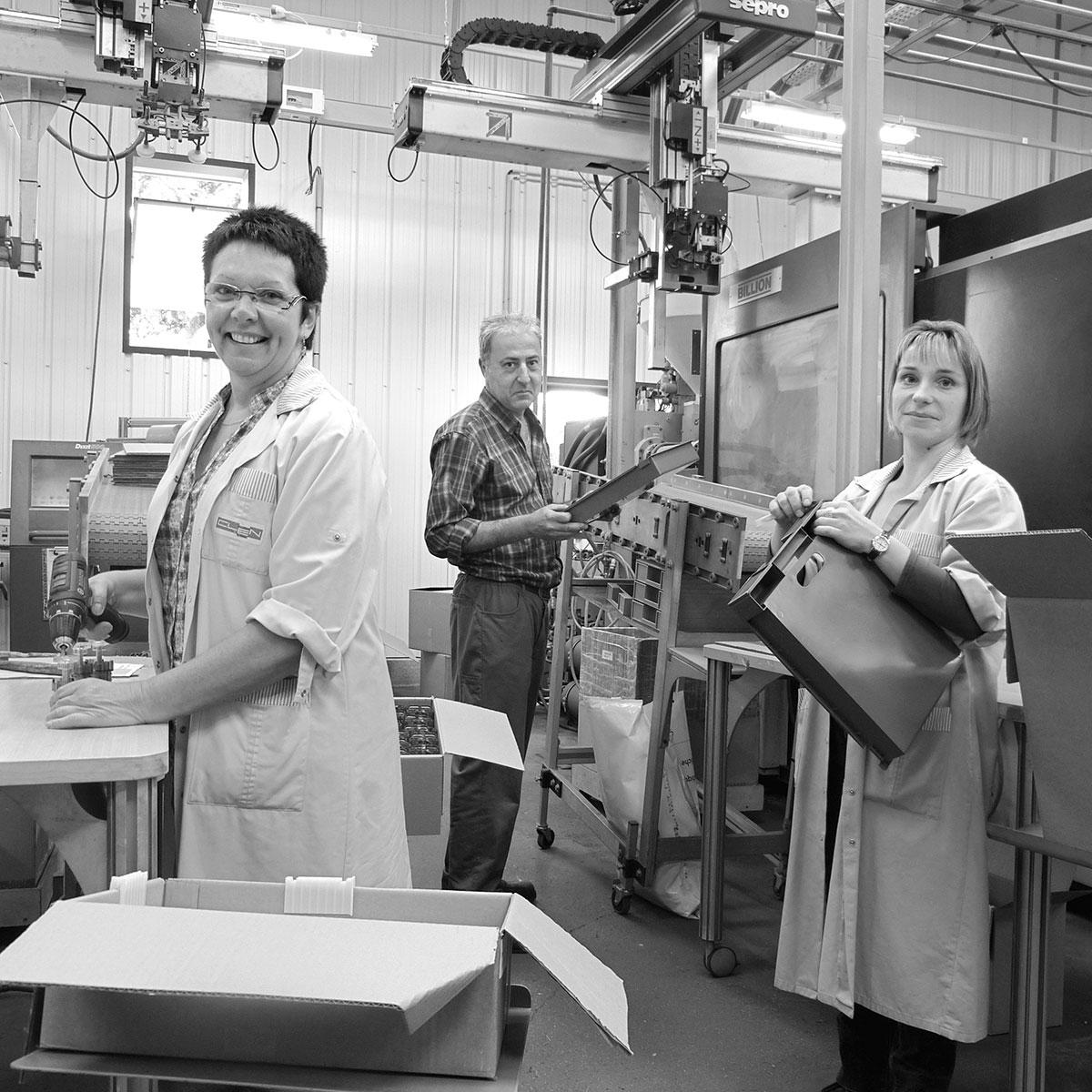 Des ouvriers dans une usine